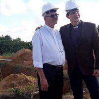 Arcebispo recebe padre Reginaldo Manzotti no canteiro de obras da Fazenda da Esperança Jaboatão
