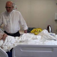 Dom Fernando reza com doentes na Visita Pastoral à Paróquia do Espinheiro