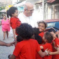 Dom Fernando visita ONG Turma do Flau em Brasília Teimosa