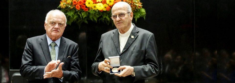 Alepe concede ao arcebispo Medalha do Bicentenário da Revolução Pernambucana